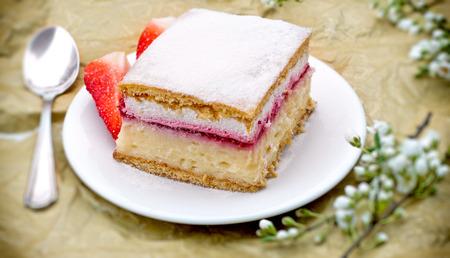 creamy: Creamy cake with strawberry