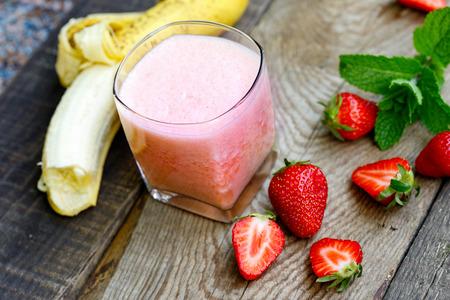 Банан - клубничный коктейль в стакане (здоровый вегетарианский напиток) Фото со стока