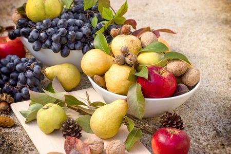 membrillo: Sweet and tasty autumn organic fruits - seasonal healthy food Foto de archivo