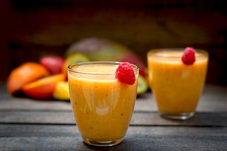 Smoothie tropical, délicieuse boisson fraîchement préparée
