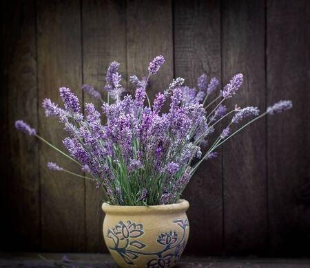 Bukiet kwiatów lawendy w wazonie na rustykalnym stole Zdjęcie Seryjne