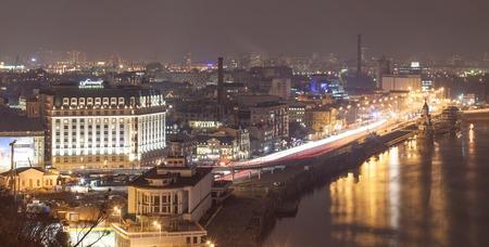 키예프, 우크라이나 -2005 년 2 월 25 일 : Hemline- 저녁에 키예프의 역사 지구 파노라마보기 에디토리얼