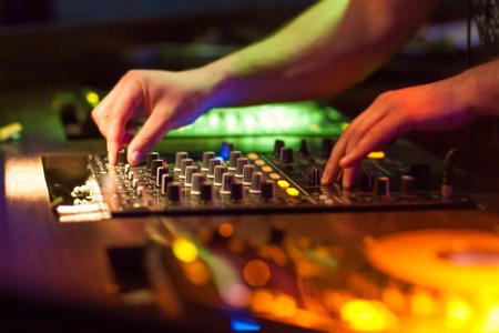 party dj: Mezclas de DJ de música en la consola en el club de noche