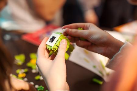 2 to 3 years: Blocchi Ragazze del giocattolo verde. Archivio Fotografico