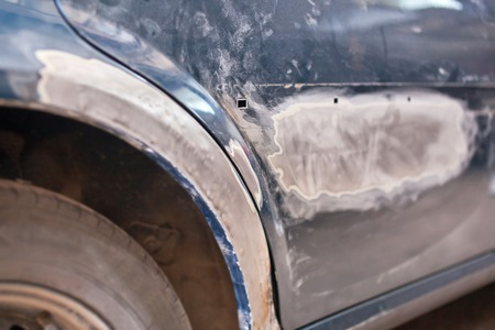 salvaging: Repair of the old car: primer putty.