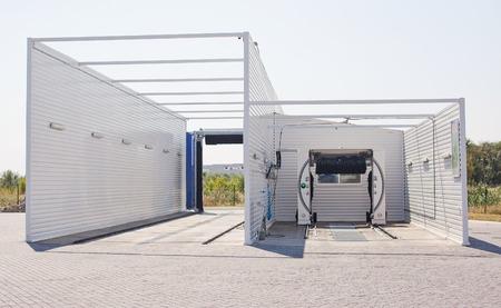 auto lavado: al aire libre tren de lavado automático moderno. Foto de archivo