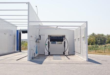 carwash: al aire libre tren de lavado autom�tico moderno. Foto de archivo
