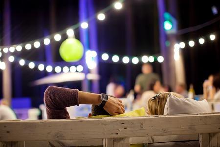 夕方には夏のカフェで若い男性。 写真素材 - 55156740