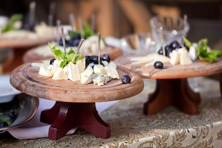 gamme de produit: Plusieurs fromages des assiettes sur la table.