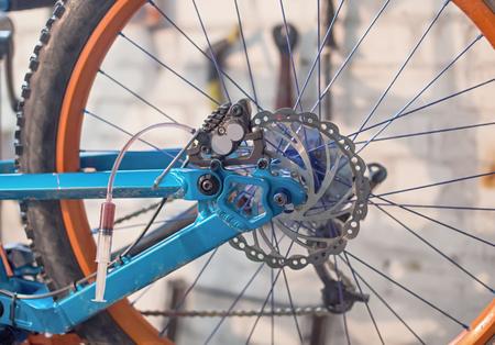 frenos: Purgar los frenos de disco en una bicicleta.