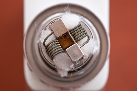 foto macro de nueva bobina Clapton montada en el cigarrillo electrónico.