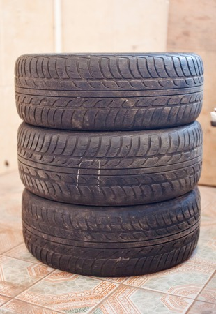 pisar: Stack of old car tire with erased tread.