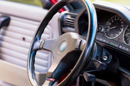 오래 된 레트로 자동차의 검은 스티어링 휠