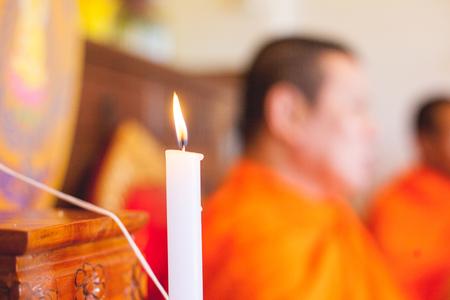 luz de velas: ceremonia religiosa primer plano luz de las velas