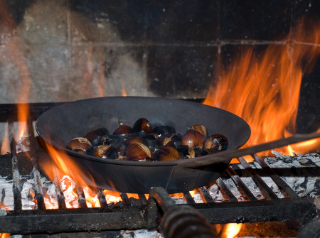 roasted chestnuts in the fireplace Banque d'images