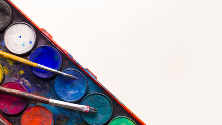 Het palet van de waterverfverf met twee penselen die op het met een witte achtergrond leggen Stockfoto - 93506488