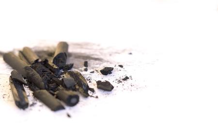 Geplette houtskool steekt op een wit papier met zwarte vlekken erop Stockfoto - 93506555