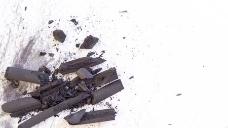 Geplette houtskool steekt op een wit papier met zwarte vlekken erop Stockfoto - 93506557