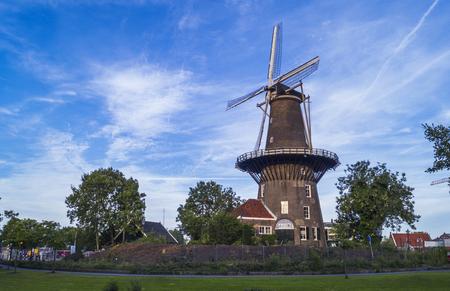 Traditionele Nederlandse molen Molen de Valk in Leiden, Nederland op een heldere dag met een blauwe lucht Stockfoto - 93563457