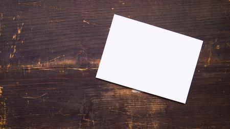 Witte lege lege postkaart op een houten achtergrond Stockfoto - 93563464