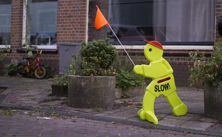 Visuele waarschuwing genoemd een Step2 Kid-waarschuwingssignaal aan de kant van de weg. Stockfoto - 93507343