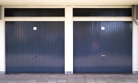 Twee gesloten donkergrijze autodeuren met daartussen witte pilaren Stockfoto - 93507348