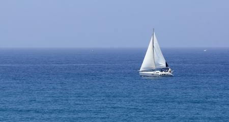 yacht race: mar barco con velas blancas