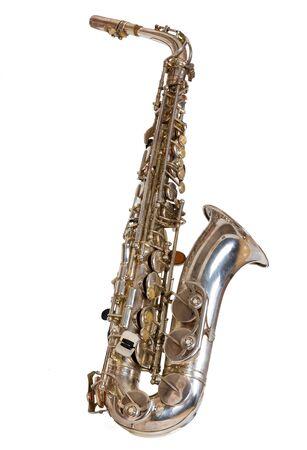 saxofón plateado sobre un fondo blanco