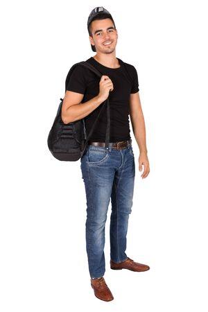 Chico joven sosteniendo una bolsa sobre fondo blanco.
