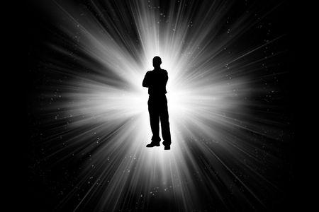 L'uomo contro il cielo notturno con raggi di luce