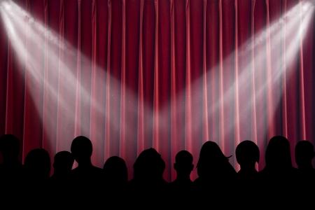 spectators: La escena brill� con proyectores, antes de la apertura de cortina
