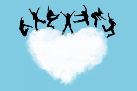 persone che ballano: Sagome delle persone saltando su un cuore in cielo