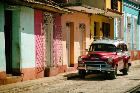 Trinidad, Cuba, cars and particular homes 新聞圖片