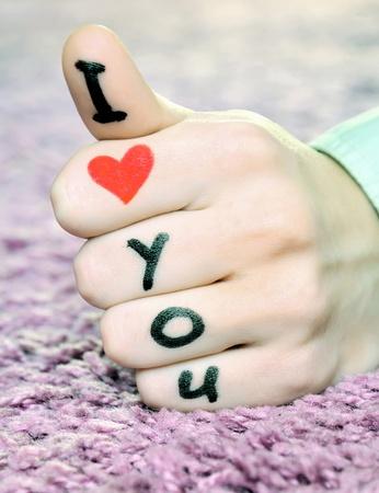 """te amo: """"Te quiero"""" en una mano en el día de San Valentín Foto de archivo"""