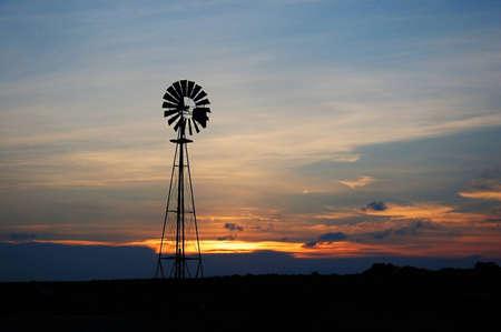 rancho: molino de viento en el oeste de Texas