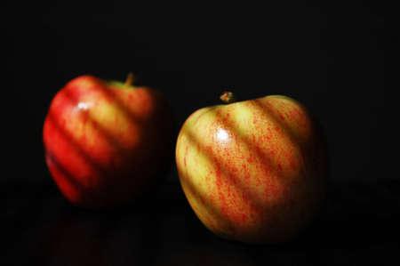 黒い背景でアップル