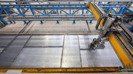 Shuttering robot in a pallett circualation plant for precast concrete manufacturing