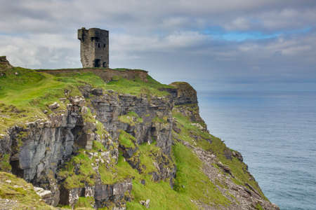 Tower ruin over steeply cliffs at Irish West coast 版權商用圖片