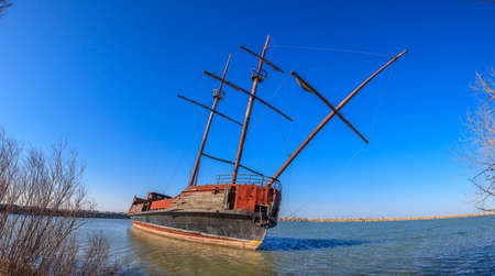 Footage of a stranded sailing ship wreckoning at Lake Erie in cloudless blue skies in Canada in the summer of 2013 Archivio Fotografico