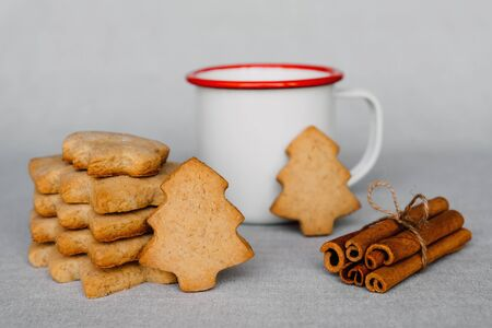 Stack of delicious homemade cookies in the shape of Christmas tree and cup of hot drink. Banque d'images - 134805584