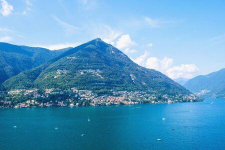 Hermosa vista del lago de Como o del lago di Como en verano. Atracción turística popular en Lombardía, norte de Italia. Concepto de vacaciones de verano.