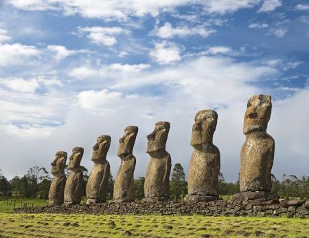Sette Moai dell'Isola di Pasqua, simbolo della cultura polinesiana Archivio Fotografico - 22421811