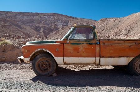 abandoned car: Oxidado, viejo, coche abandonado en la carretera desierta