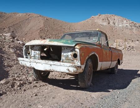 abandoned car: Marco de los viejos oxidado coche abandonado dej� en el desierto Foto de archivo