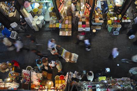 Rustige dag in het Al-Hamidiyah Souq. Shoppers van Damascus gaan hier voor de gewone aankopen: vruchten, specerijen, noten, olijven. Dit is de grootste en oudste souk in Syrië.