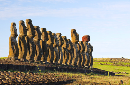 moai: Moai en Ahu Tongariki Foto de archivo