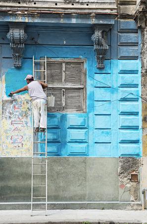 colonial building: Trabajador de la construcci�n renueva fachada del antiguo edificio colonial en La Habana Vieja, Cuba Foto de archivo