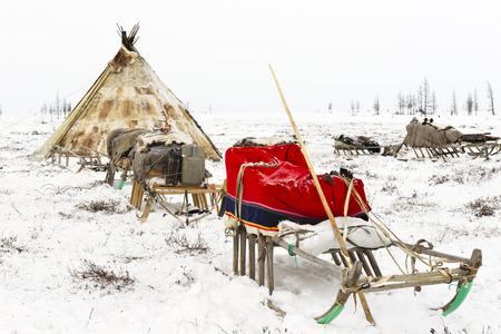 Campeggio di tribù nomade nella tundra polare in un giorno gelido, chum, slitta e altre cose Archivio Fotografico - 72530430
