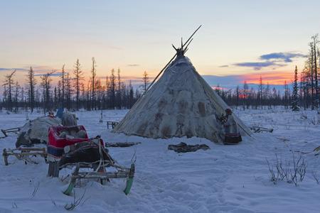 Chum di tribù nomade all'alba, cielo sereno con gelido tempo Archivio Fotografico - 72528557