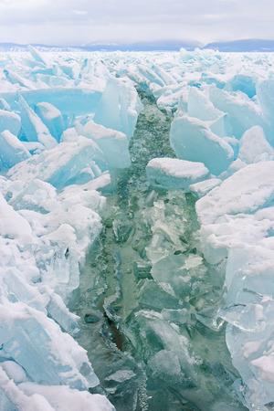 Una grossa fessura attraverso il lago di Baikal è stata formata dopo un forte vento. Archivio Fotografico - 73248337